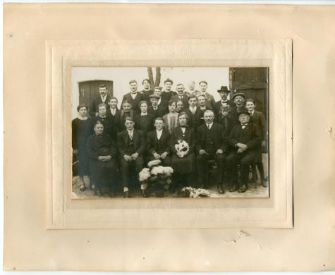 Groepsfoto huwelijk Eleuthère Steurbaut - Emma Van Bever, Oosterzele, 1925