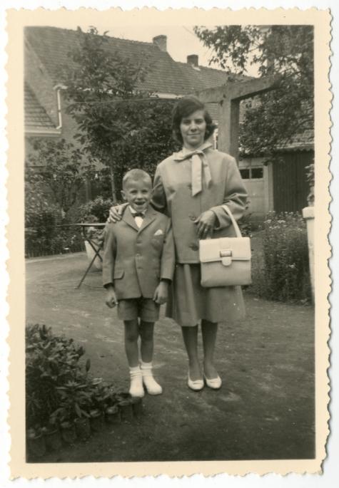 Simon Verbrugghen met moeder Jeannine Steurbaut op zijn eerste communie, Oosterzele, 1963