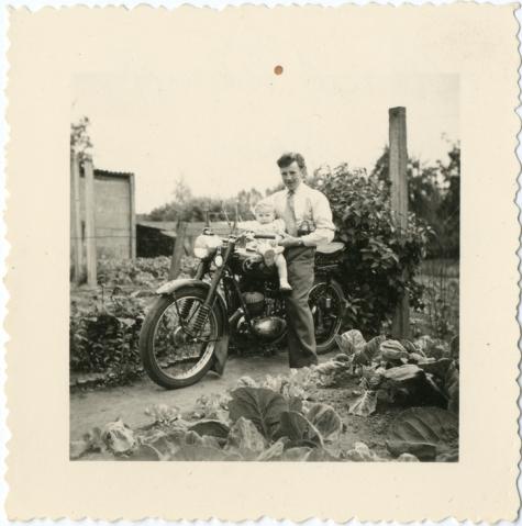 Marcel Verbrugghen en kind Simon Verbrugghen op motorfiets, Oosterzele