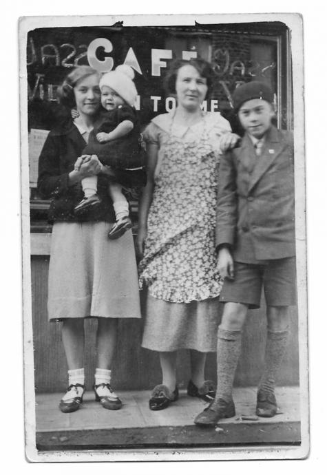 Samen op de foto aan café Van Tomme, Balegem 1935.