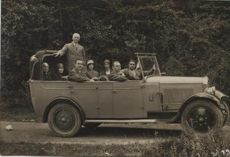 De familie Poppe uit Melle maakt een autorit in de bergen rond Lourdes, 1929