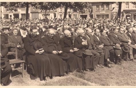 Genodigden tijdens de Hoogmis, Livinusfeesten, Sint- Lievens- Houtem, 1957