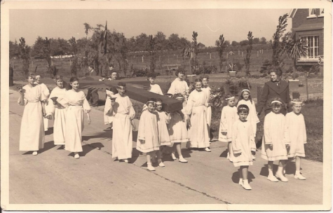 Dragen van het kruis tijdens de stoet, Livinusfeesten, Sint-Lievens-Houtem, 1957