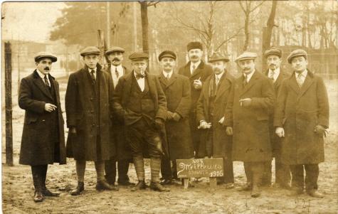 Groepsfoto van gevangenen in Duitsland tijdens Wereldoorlog I, waaronder politiecommissaris Gentil Demeyer uit Melle, 1916