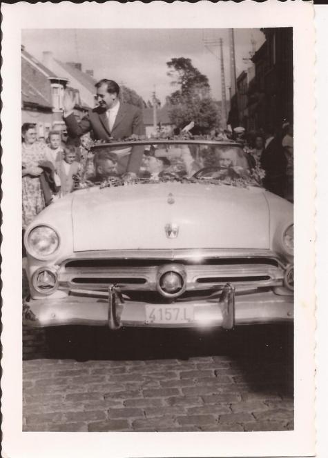 Burgemeester Otte in open wagen op de dag van zijn inhuldiging, Sint- Lievens- Houtem, 1959