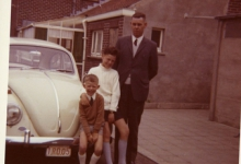 V.l.n.r. Martin Moerman, Marc Moerman en Valère Moerman aan de Volkswagen Kever van de familie Moerman-Westelinck, Merelbeke, 1969.