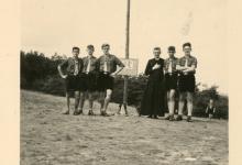 Chiro Melle op kamp, de proost met enkele leiders, 1957