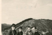 Chiro Melle, proost E.H Verhaeghe met enkele chiroleden, Maboge, 1961
