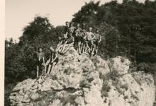 Chiro Melle, deelnemers fietstocht poseren op een rots, Luxemburg, 1962
