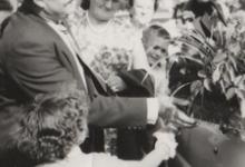 Jeanien Lefevre geeft bloemen aan burgemeester Otte, Sint-Lievens-Houtem, 1959