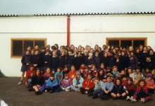 Groepsfoto chiro Geertrui voor de oude lokalen, Melle, 1996-1997