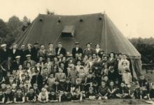 Groepsfoto tijdens een bezoekdag op chirokamp, 1953(?)