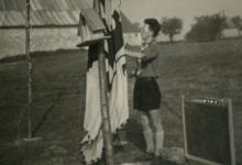 Chirolid hijst vlag op kamp, jaren 1950