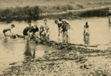 Chiro Melle bouwt dam tijdens fietstocht, Duitsland, 1954
