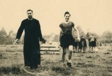 Aanleveren voedsel op chirokamp, 1953