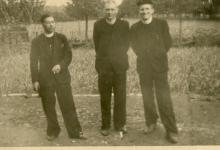 Nieuwe outfit voor de pastoors op chirokamp, 1953
