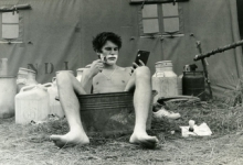 Scheerbeurt Luc Remue op chirokamp, Tenneville, 1979