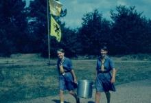 Eten op bezoekdag kamp chiromeisjes, Goeferdinge, 1965