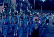 Chiromeisjes met pennoenen bij inhuldiging pastoor, Melle, 1965