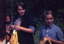 Chiro Melle Geertrui. Hijsen van de vlag bij de ochtendformatie. Kamp in Kalmthout, 1968.