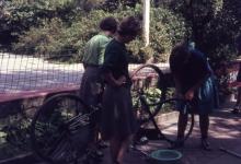 Chiro Melle Geertrui. Fietsbanden herstellen voor de tocht. Kamp in Geel, 1968.