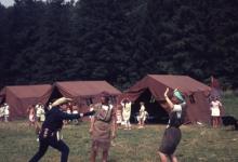 Chiro Melle Geertrui. Cowboy en indiaantje spelen. Kamp in Natoye, 1969.