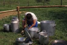 Chiro Melle Geertrui. Ketels kuisen. Op kamp in Maboge, 1988.