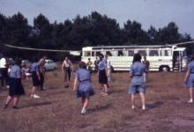 Chiro Melle Geertrui. Ouders spelen volleybal. Kamp in Geel, 1967.