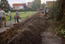 Chiro Melle Geertrui. Doortrekken van de waterleiding. Lindestraat, Melle, 2003.