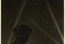 Nachtelijke zeppelin gevat in schijnwerper, 1915