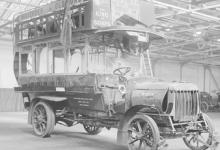 Schade aan een bus door een zeppelinbombardement, 1915