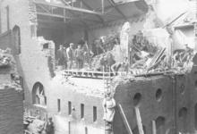 Schade aan een fabriek door zeppelinbombardement, 1915