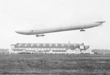 Zeppelin boven een zeppelinhal, 1915