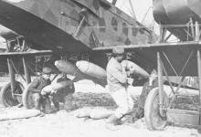 Soldaten bevestigen bommen aan een Gotha vliegtuig, 1915