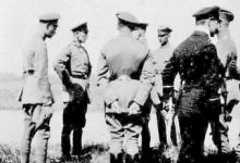 Het England Geschwader op het vliegveld van Gontrode bij het bezoek van Generaal von Hoeppner, 1917