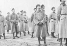 Officieren kijken omhoog naar Gotha's, Gontrode, 1917