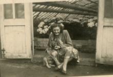 Christine en hond aan de serres, Melle, 1946