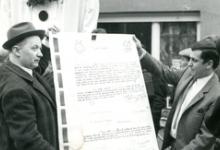 Uitreiking van de geboorteakte van de reuzen Bacchus en Bacchante, Sint-Lievens-Houtem, 1969