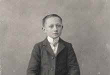Zittend portret, jongen, Melle, 1910-1920