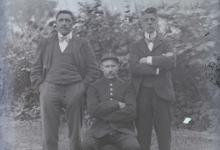 Portret van drie mannen in een tuin, Melle, 1910-1920