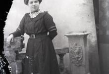 Staand portret, jongedame in feestkledij, Melle, 1910-1920