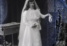 Staand portret van meisje in communiekleed, Melle, 1910-1920