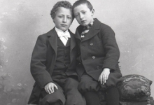Zittend portret, 2 jongens, Melle, 1910-1920