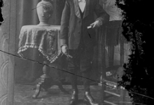 Staand portret in studio, jonge communicant, Melle, 1910-1920