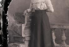 Rechtstaande jonge vrouw met lange rok, opgesmukte blouse, lange halsketting, Melle, 1910-1920