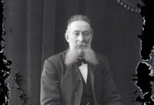 Zittend portret van man met baard en snor, Melle, 1910-1920