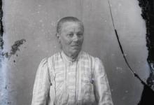 Zittend portret van vrouw, strak naar achter gekamd haar, Melle, 1910-1920