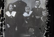 Staand portret, jonge moeder met 4 kinderen, Melle, 1910-1920