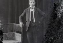 Staand portret, jonge man, feestkledij, witte sjaal en vlinderdas, Melle, 1910-1920