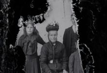 Studiofoto, koppel met 2 kinderen, vrouw met bebloemd hoofddeksel, brede lederen ceintuur, Melle, 1910-1920